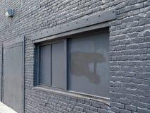 Εγκαταλειμμένο κτήριο, που επιβιβάζονται επάνω και ο χρωματισμένος Μαύρος στοκ φωτογραφίες με δικαίωμα ελεύθερης χρήσης