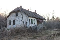 Εγκαταλειμμένο ναυπηγείο και ένα παλαιό σπίτι στα βουνά στο χρόνο φθινοπώρου στοκ εικόνες