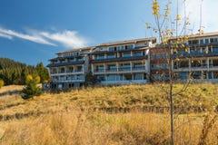 Εγκαταλειμμένο ξενοδοχείο στο λόφο στοκ εικόνες