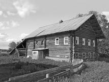 Εγκαταλειμμένο ξύλινο σπίτι του αγρότη στοκ εικόνες