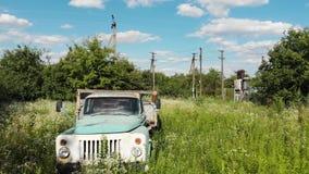 Εγκαταλειμμένο παλαιό σκουριασμένο σοβιετικό αυτοκίνητο Τσέρνομπιλ φορτηγών απόθεμα βίντεο