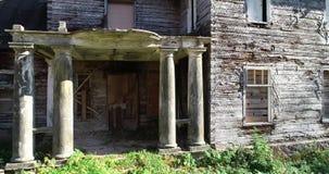 Εγκαταλειμμένο παλαιό σπίτι με τις στήλες Φθινόπωρο 4K _ απόθεμα βίντεο