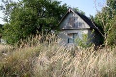 Εγκαταλειμμένο παλαιό σπίτι στον τομέα Στοκ Εικόνες