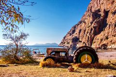 Εγκαταλειμμένο παλαιό τρακτέρ στην παραλία στην κοιλάδα των πεταλούδων στην Τουρκία Στοκ φωτογραφία με δικαίωμα ελεύθερης χρήσης