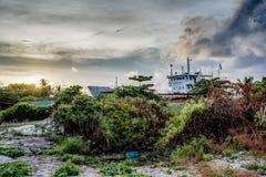 Εγκαταλειμμένο σκάφος που στέκεται στο έδαφος Στοκ Εικόνες