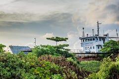 Εγκαταλειμμένο σκάφος στο έδαφος στο τροπικό νησί Maamigili Στοκ Φωτογραφίες