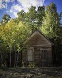 Εγκαταλειμμένο σπίτι από τα 1800 ` s με τα χρώματα πτώσης στα βουνά στοκ φωτογραφίες