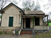 Εγκαταλειμμένο σπίτι με το κρεμώντας μέρος στοκ εικόνες