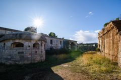 Εγκαταλειμμένο στρατιωτικό οχυρό κοντά στην ακτή στην Κροατία Στοκ εικόνες με δικαίωμα ελεύθερης χρήσης