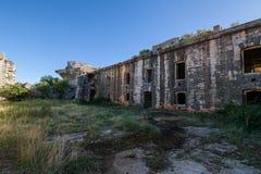 Εγκαταλειμμένο στρατιωτικό οχυρό κοντά στην ακτή στην Κροατία Στοκ Φωτογραφία