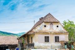 Εγκαταλειμμένο φορεμένο σπίτι σε ένα χωριό Στοκ φωτογραφία με δικαίωμα ελεύθερης χρήσης