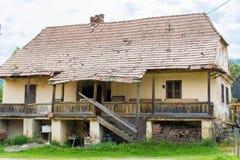 Εγκαταλειμμένο φορεμένο σπίτι σε ένα χωριό Στοκ Εικόνες