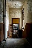 Εγκαταλελειμμένος διάδρομος στην αίθουσα συνεδριάσεων - εγκαταλειμμένη ακαδημία Alderson - δυτική Βιρτζίνια στοκ φωτογραφία
