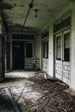 Εγκαταλελειμμένο μέρος με τις πόρτες & τα καλυμμένα παράθυρα - εγκαταλειμμένο σανατόριο φυματίωσης - Νιου Τζέρσεϋ στοκ εικόνες