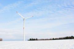 Εγκαταστάσεις αιολικής ενέργειας στην πεδιάδα χιονιού Στοκ φωτογραφία με δικαίωμα ελεύθερης χρήσης