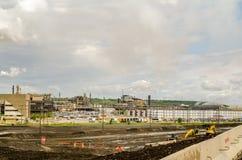 Εγκαταστάσεις βιομηχανίας εγκαταστάσεων καθαρισμού άμμων πετρελαίου Στοκ Φωτογραφίες