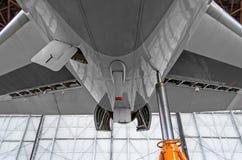 Εγκαταστάσεις βοηθητικής παραγωγής ενέργειας στην ουρά των αεροσκαφών με τις ανοικτές καλύψεις κουκουλών, στάση γρύλων Στοκ Εικόνες