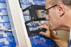 Εγκαταστάσεις εκτύπωσης - ελέγχοντας βαθμολόγηση ατόμων στον υπολογιστή στο τμήμα πιάτων στοκ φωτογραφία με δικαίωμα ελεύθερης χρήσης