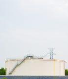 Εγκαταστάσεις εργοστασίων διυλιστηρίων πετρελαίου ή χημική βιομηχανική και δεξαμενή πετρελαίου Στοκ Φωτογραφία