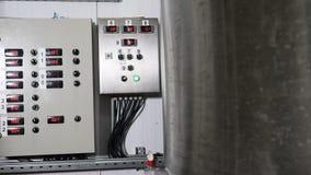 Εγκαταστάσεις εργοστασίων Microbrewery Σύγχρονος σύνθετος τεχνολογικός βιομηχανικός εξοπλισμός Μια πολλαπλότητα των σωληνώσεων, α απόθεμα βίντεο