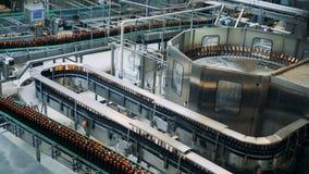 Εγκαταστάσεις ζυθοποιείων με τη μεταφορά του εξοπλισμού και των υαλωδών μπουκαλιών που κινούνται κατά μήκος του απόθεμα βίντεο