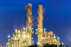 Εγκαταστάσεις ηλεκτρικής δύναμης στροβίλων αερίου με την ελαφριά νύχτα στη βιομηχανική περιοχή amata Στοκ εικόνες με δικαίωμα ελεύθερης χρήσης
