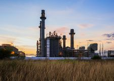 Εγκαταστάσεις ηλεκτρικής δύναμης στροβίλων αερίου το πρωί Στοκ εικόνα με δικαίωμα ελεύθερης χρήσης