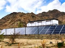 Εγκαταστάσεις ηλιακής ενέργειας που εγκαθίστανται στο μεγάλο υψόμετρο - Laddakh, Ινδία στοκ εικόνα