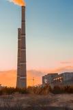 Εγκαταστάσεις ηλεκτρικής ενέργειας βιομηχανίας κατά τη διάρκεια του ηλιοβασιλέματος Στοκ Φωτογραφίες