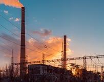 Εγκαταστάσεις ηλεκτρικής ενέργειας βιομηχανίας, κατά τη διάρκεια του ηλιοβασιλέματος, ηλεκτρικός υποσταθμός με τα ηλεκτροφόρα καλ Στοκ Εικόνες