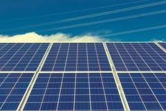 Εγκαταστάσεις ηλιακής ενέργειας και πύργοι δύναμης Στοκ φωτογραφίες με δικαίωμα ελεύθερης χρήσης