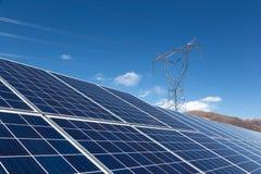 Εγκαταστάσεις ηλιακής ενέργειας και πύργοι δύναμης Στοκ φωτογραφία με δικαίωμα ελεύθερης χρήσης