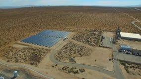 Εγκαταστάσεις ηλιακής ενέργειας στο εναέριο βίντεο ερήμων απόθεμα βίντεο