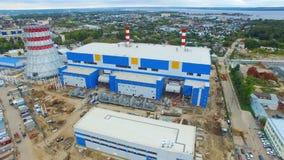 Εγκαταστάσεις θερμικής παραγωγής ενέργειας με το δροσίζοντας πύργο και τα βιομηχανικά κτήρια απόθεμα βίντεο