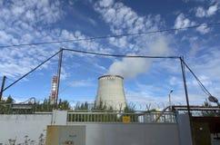 Εγκαταστάσεις θερμικής παραγωγής ενέργειας στο υπόβαθρο του μπλε ουρανού Στοκ Φωτογραφίες