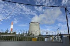 Εγκαταστάσεις θερμικής παραγωγής ενέργειας στο υπόβαθρο του μπλε ουρανού Στοκ φωτογραφίες με δικαίωμα ελεύθερης χρήσης