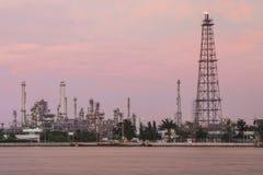 Εγκαταστάσεις διυλιστηρίων πετρελαίου στο λυκόφως Στοκ φωτογραφίες με δικαίωμα ελεύθερης χρήσης
