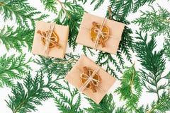 Εγκαταστάσεις κιβωτίων και χειμώνα δώρων Χριστουγέννων στο άσπρο υπόβαθρο νέο έτος έννοιας Επίπεδος βάλτε Τοπ όψη Στοκ Εικόνες