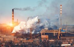 Εγκαταστάσεις μεταλλουργίας στην Ουκρανία στο ηλιοβασίλεμα Εργοστάσιο χάλυβα με την αιθαλομίχλη Στοκ Εικόνες