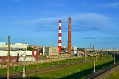 Εγκαταστάσεις με τους υψηλούς σωλήνες Στοκ Εικόνες