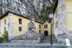 Εγκαταστάσεις ξενοδοχείων δίπλα στη σπηλιά της Santina στη Covadonga, Astur Στοκ φωτογραφία με δικαίωμα ελεύθερης χρήσης