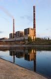 Εγκαταστάσεις παραγωγής ενέργειας άνθρακα με την αντανάκλαση στο σούρουπο, βιομηχανικό τοπίο Στοκ Εικόνες