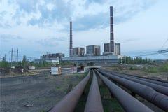 Εγκαταστάσεις παραγωγής ενέργειας άνθρακα με το υψηλό τοπίο βιομηχανίας καπνοδόχων Στοκ εικόνα με δικαίωμα ελεύθερης χρήσης