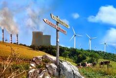 Εγκαταστάσεις παραγωγής ενέργειας ανανεώσιμες εναντίον του κλασικού εργοστασίων με το σημάδι γραπτό στοκ φωτογραφίες