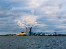 Εγκαταστάσεις παραγωγής ενέργειας από τη λίμνη σε Konin, Πολωνία στοκ φωτογραφία με δικαίωμα ελεύθερης χρήσης