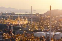 Εγκαταστάσεις παραγωγής ενέργειας για τη βιομηχανική περιοχή στο λυκόφως στοκ φωτογραφίες