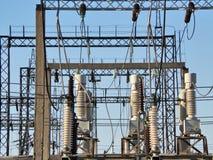 Εγκαταστάσεις παραγωγής ενέργειας ενάντια στον ουρανό Στοκ εικόνα με δικαίωμα ελεύθερης χρήσης