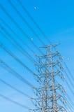 Εγκαταστάσεις παραγωγής ενέργειας και ηλεκτροφόρα καλώδια στοκ φωτογραφία με δικαίωμα ελεύθερης χρήσης