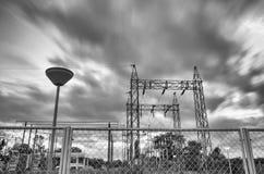 Εγκαταστάσεις παραγωγής ενέργειας και ουρανός Στοκ εικόνες με δικαίωμα ελεύθερης χρήσης