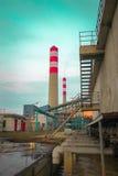 Εγκαταστάσεις παραγωγής ενέργειας καπνοδόχων στοκ εικόνα με δικαίωμα ελεύθερης χρήσης